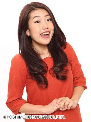 オレンジの服を着て両手をそろえる芸人、横澤夏子